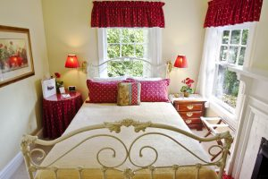 geranium room, red and white decor